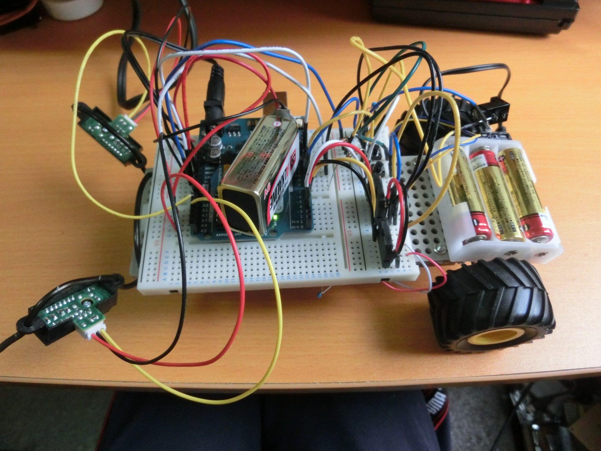 Arduinoと赤外線センサを使用して、テーブルから落ちないロボットを作成しました!さっそく動かしてみた!先端に触覚のようなものがついているところが赤外線センサです!
